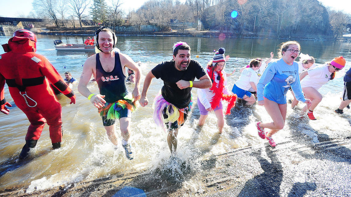 mc-polar-plunge-in-the-delaware-river-20150117-019